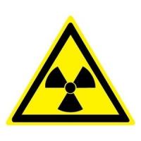 Опасно. Радиоактивные вещества или ионизирующее излучение (200х200 мм) самоклеющ.